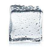Прозрачный куб льда с отражением на белизне изолировал предпосылку Стоковые Изображения