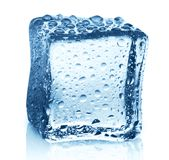 Прозрачный куб льда с отражением на белизне изолировал предпосылку Стоковые Изображения RF