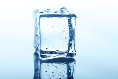 Прозрачный куб льда с отражением изолированный на белизне Стоковая Фотография RF