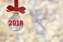 Прозрачный пустой шарик рождества Безделушка рождества, виды на красной ленте на предпосылке defocused серебряных светов Стоковое Изображение RF