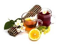 2 прозрачных кружки с пить, половиком и цветком разветвляют с Стоковое Фото