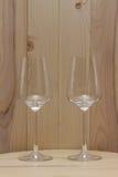 2 прозрачных стекла стоя с деревянной предпосылкой Стоковые Фотографии RF