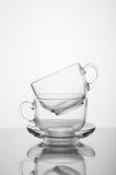 2 прозрачных стеклянных чашки на белой предпосылке Стоковое Изображение