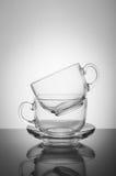 2 прозрачных стеклянных чашки на белой предпосылке Стоковая Фотография RF