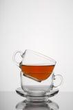 2 прозрачных стеклянных чашки с предпосылкой белизны чая Стоковые Изображения