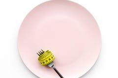 проигрышный вес диетпитание строгое Пустая плита и измеряя лента на еде вилки вместо на белом модель-макете взгляд сверху предпос Стоковые Изображения