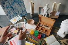 Произведение искусства и фотография сотового телефона Процесс творческой работы стоковые фото