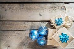 Произведите подарочные коробки картона на белой деревянной предпосылке Стоковая Фотография