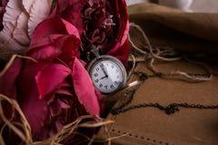 Произведите бумажное примечание с чашкой чаю, цветками, пионами, старыми винтажными часами предпосылка ретро Современный тонизиро Стоковая Фотография RF