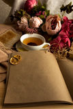 Произведите бумажное примечание с чашкой чаю, цветками, пионами, старыми винтажными часами предпосылка ретро Современный тонизиро Стоковое Изображение RF
