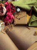 Произведите бумажное примечание с чашкой чаю, цветками, пионами, старыми винтажными часами предпосылка ретро Современный тонизиро Стоковое фото RF