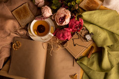 Произведите бумажное примечание с чашкой чаю, цветками, пионами, старыми винтажными часами предпосылка ретро Современный тонизиро Стоковые Изображения RF