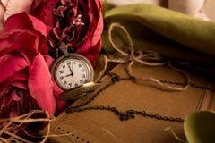 Произведите бумажное примечание с чашкой чаю, цветками, пионами, старыми винтажными часами предпосылка ретро Современный тонизиро Стоковая Фотография