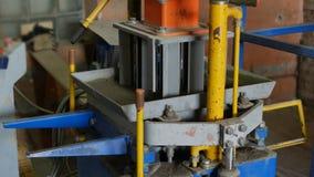 Производственный процесс блоков конкретной плитки в форме кирпича для крышки дорожного покрытия Vibrocompression и компактировать видеоматериал