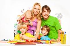 Производить мамы, папы и маленьких ребеят Стоковые Изображения RF