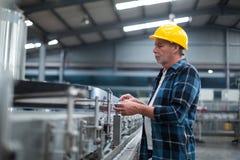Производственная линия контроля заводской рабочий Стоковая Фотография RF