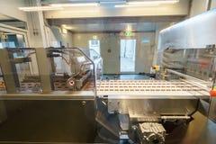 Производственная линия шоколада в промышленной фабрике Стоковое Изображение