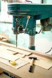 Производственная установка мебели, фабрика с промышленный сверлить и стоковая фотография rf