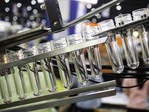 Производство дуновения пластичной бутылки горячее Стоковая Фотография RF