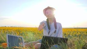 Производство энергии, молодая женщина показывает жест рукой как использовать панели солнечных батарей outdoors, женский в backlig акции видеоматериалы