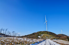 Производство электроэнергии турбины ветровой электростанции Стоковая Фотография RF