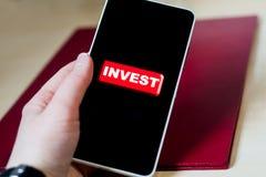 Проинвестируйте кнопку на черном экране телефона стоковые изображения rf