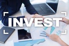 Проинвестируйте рентабельность инвестиций схематическим финансовохозяйственным белизна роста изолированная изображением Принципиа стоковое изображение