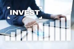 Проинвестируйте рентабельность инвестиций схематическим финансовохозяйственным белизна роста изолированная изображением Принципиа стоковые изображения
