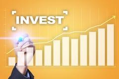 Проинвестируйте рентабельность инвестиций схематическим финансовохозяйственным белизна роста изолированная изображением Принципиа стоковые фото