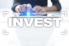 Проинвестируйте рентабельность инвестиций схематическим финансовохозяйственным белизна роста изолированная изображением Принципиа стоковые изображения rf