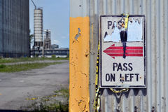 Пройдите дальше левый знак на стене стоковое фото rf