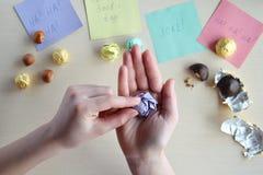 Проказа дня дурачков в апреле Создание программы-оболочки фундука в оболочках конфеты на деревянном столе Шутка с едой стоковая фотография