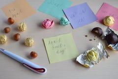 Проказа дня дурачков в апреле Создание программы-оболочки фундука в оболочках конфеты на деревянном столе Шутка с едой стоковое фото rf