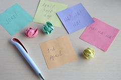 Проказа дня дурачков в апреле Создание программы-оболочки фундука в оболочках конфеты на деревянном столе Шутка с едой стоковое фото