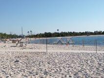 Прокат лодок кладет на полку около воды на пляже Стоковые Фотографии RF