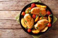 Прокисните сладостную куриную грудку испеченную с персиками, томатами, луком, p стоковая фотография