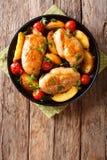 Прокисните сладостную куриную грудку испеченную с персиками, томатами, луком, p стоковые фотографии rf