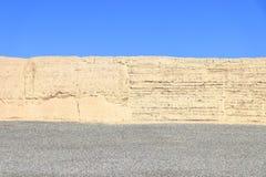 3 прокладки цвета: голубые небо, светлое - желтая стена и серая земля стоковое изображение