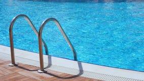 Прокладывать рельсы вход в водный бассейн сток-видео