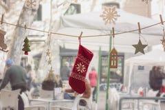 Прокладка гирлянды, с украшениями рождества, в стекле окна Стоковая Фотография RF