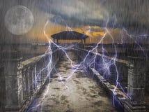 Проливной дождь и освещение над пристанью рыбной ловли Стоковое Фото