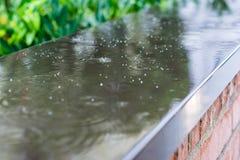 Проливной дождь падает падать на стену в улице города Стоковое Изображение RF