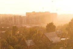 Проливной дождь с солнцем Красивый вид города стоковое фото