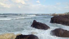 Проломы волн моря на камнях сток-видео