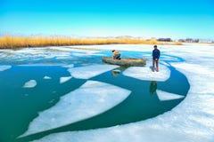 Проломы льда, жесткие условия и заработок хлеба стоковое фото rf