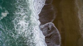 Пролом волн вида с воздуха на пляже с белым песком Стоковое Изображение