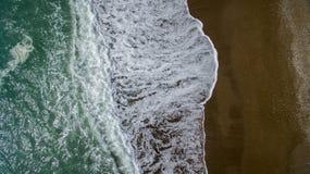 Пролом волн вида с воздуха на пляже с белым песком Стоковое фото RF