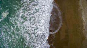 Пролом волн вида с воздуха на пляже с белым песком Стоковое Фото