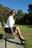 Пролом женщины дела в парке стоковые изображения rf