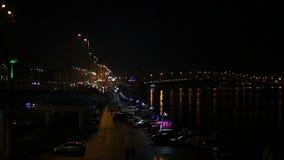 Промежуток времени активной ночной жизни в мегаполисе, занятого движения на загоренных дорогах видеоматериал